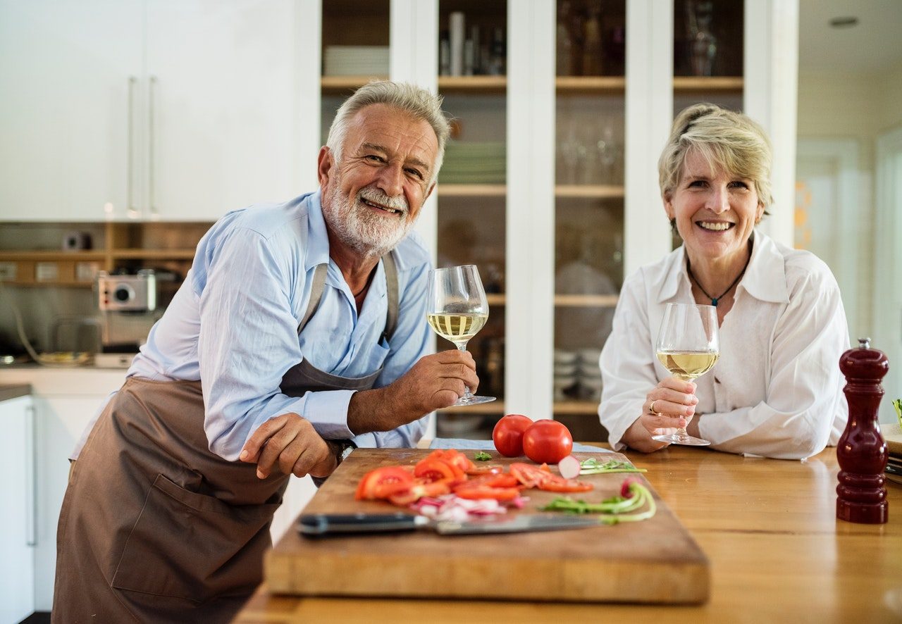 Alzheimer's Keto diet - older couple enjoying healthy food